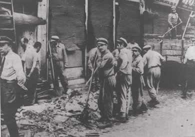6-7 Eylül Olayları ertesinde İstiklal Caddesi'nde süpürülen cam kırıkları.