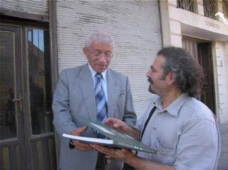 Kitabı Süryaniceye Çeviren Ferit Altınsu'nun Babas İbrahim Altınsu'ya Kitap Verilirken