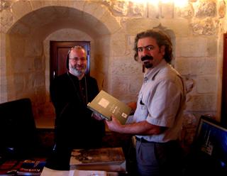 Diyarbakır ve Mardin Metropoliti Saliba Özmen'e Makamında Yazar Tarafından Kitap Verilirken
