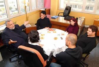 azınlık gençleri yuvarlak masa etrafında