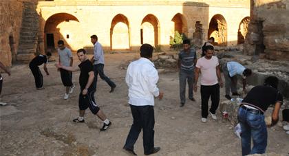 Manastırda Temizlik Yapan Sporcular