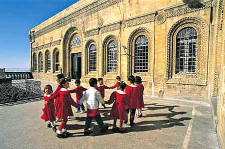 Kasımıye Medresesinde Öğrenciler Oyun Oynuyor