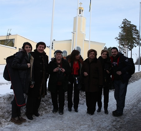 Soğuk Bir İsveç Günü, Kilise Önünde